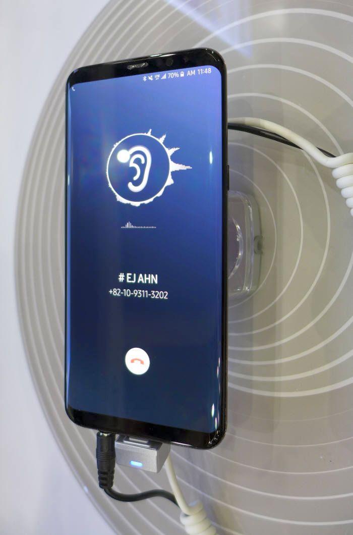 Prototyp pokazany przez Samsunga na SID - tu jeszcze w standardowej obudowie z miejscem na głośnik.