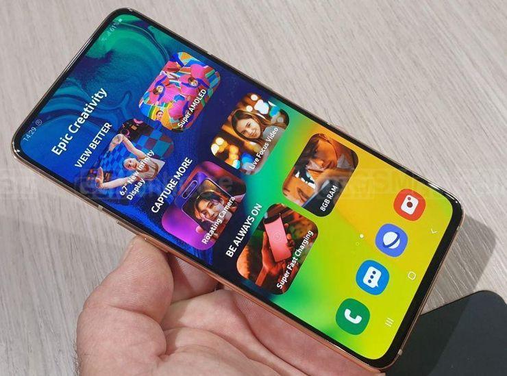 Podejrzewam, że Galaxy A90 otrzyma ekran bez wcięć