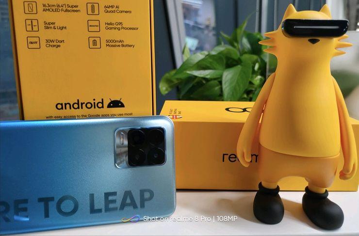 Realme 8 na zdjęciu pstrykniętym Realme 8 Pro