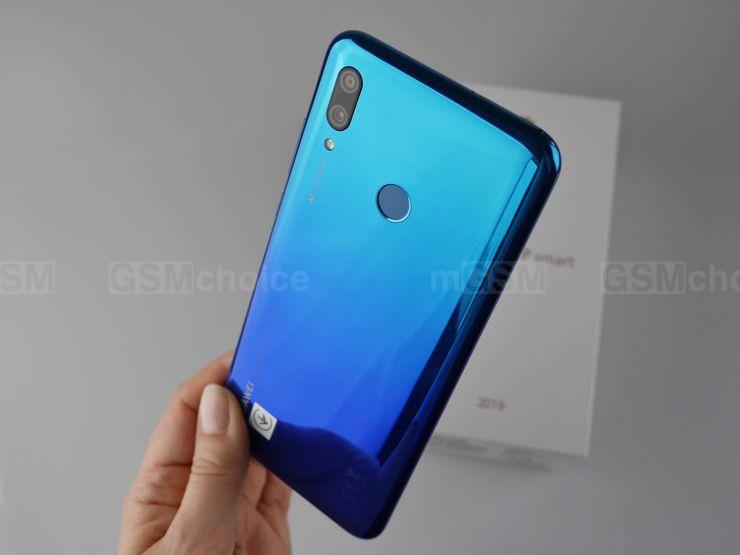 Huawei P Smart 2019 ma gradient w odcieniach koloru niebieskiego