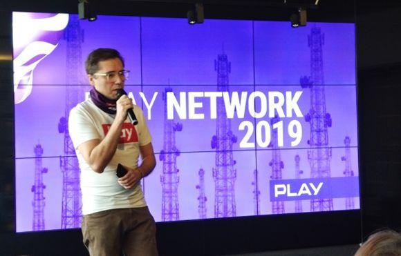 Konferencję rozpoczął rzecznik prasowy Play, Marcin Gruszka