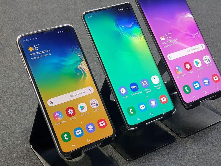 Samsung Galaxy S10e i Samsung Galaxy S10, w tle Samsung Galaxy S10+