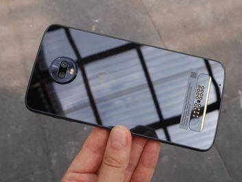 Smartfon prezentuje się naprawdę dobrze z frontu | Tył pozbawiony moda wygląda dziwnie...