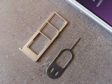 Gniazda na karty SIM i microSD