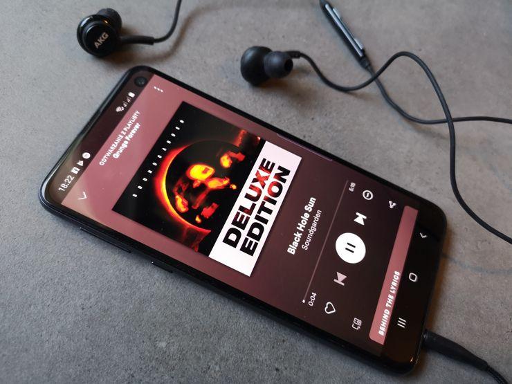 Smartfon dysponuje gniazdem mini-jack - a w zestawie znalazły się słuchawki od AKG