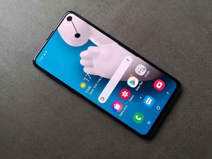 Samsung Galaxy S10e jest niewielkim, solidnym i atrakcyjnym urządzeniem