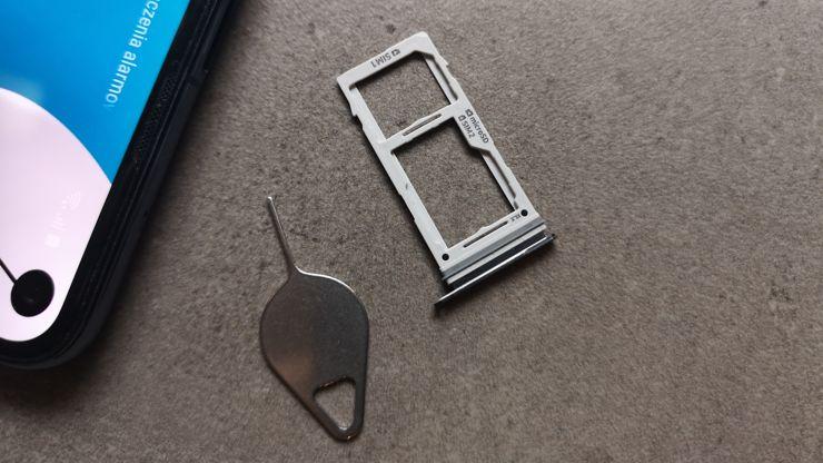 Sloty na karty SIM/microSD w rozwiązaniu hybrydowym